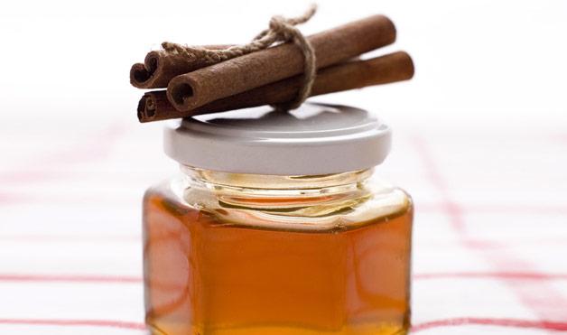 08-global-home-remedies-honey-and-cinamon-stick.jpeg